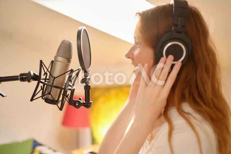 歌を歌う女性の写真
