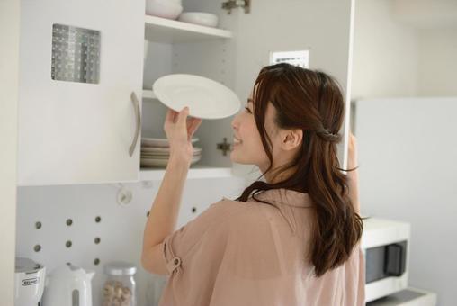 식기를 버리는 여성 6