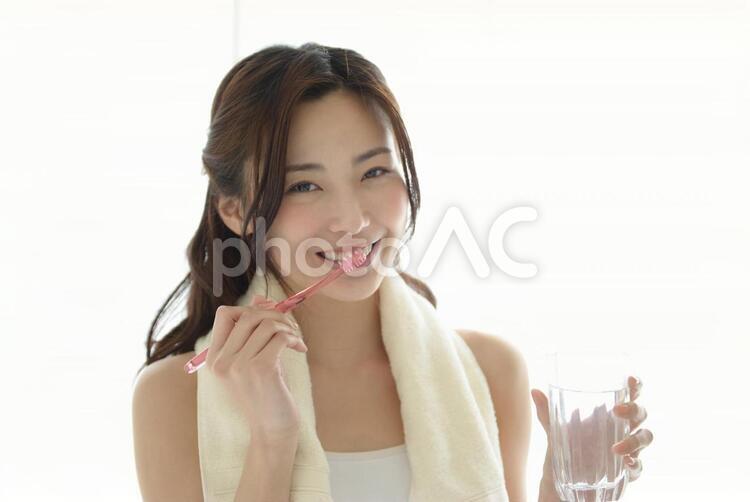 歯磨きをする女性13の写真