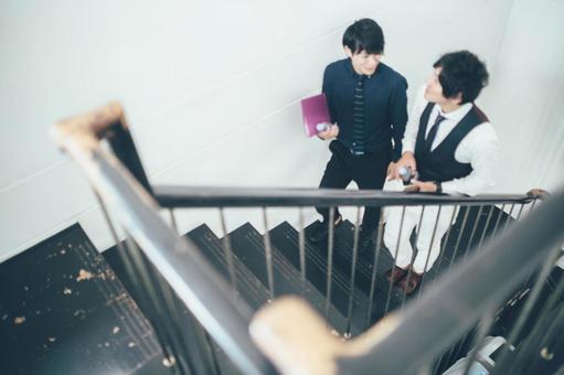 公司員工3爬樓梯