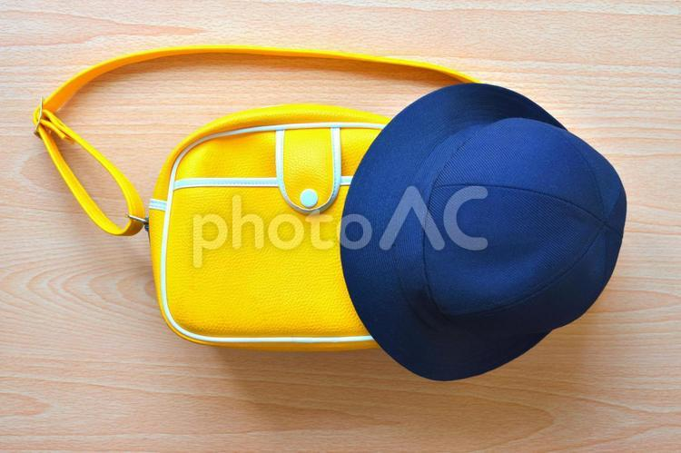 幼稚園バッグと帽子 幼稚園入園のイメージの写真