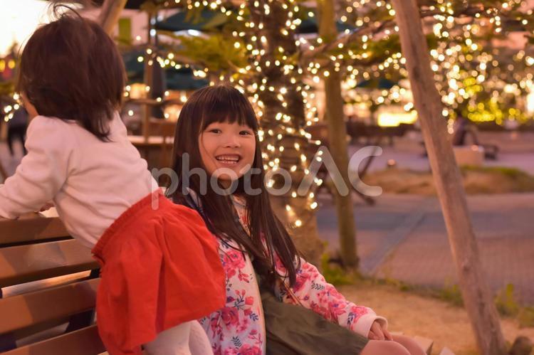 ベンチに座る子供の写真