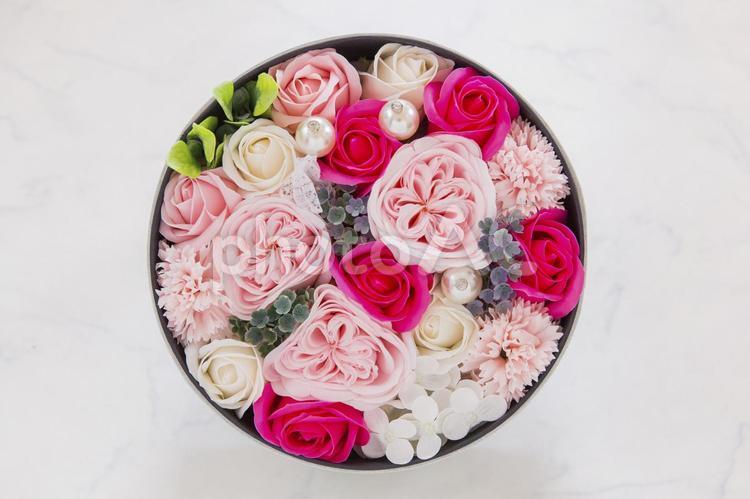 丸いボックスに入った花束の写真