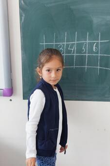 小学生15在黑板上写