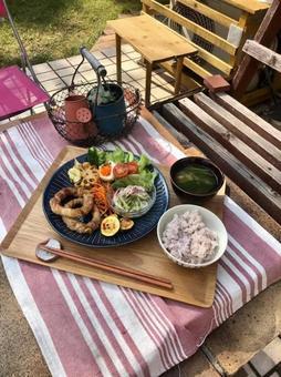 改變心情,在花園裡吃午飯