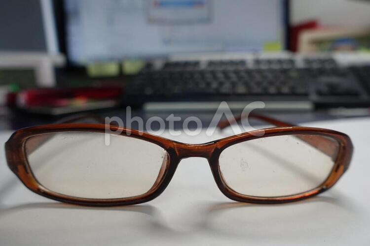 ブルーライトカット眼鏡とパソコンの写真