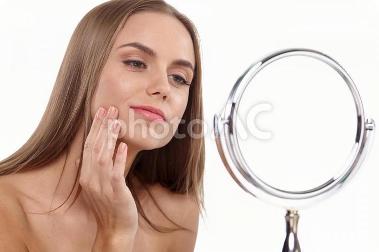 女性と鏡7の写真