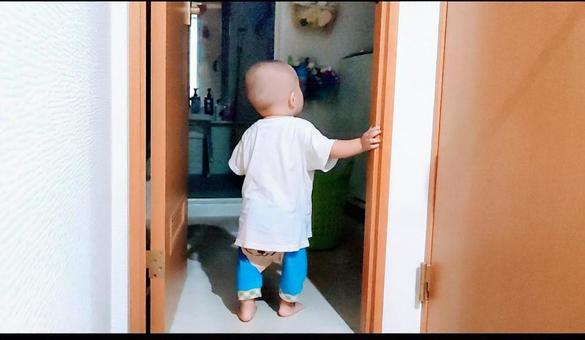 嬰兒在家裡蹣跚學步