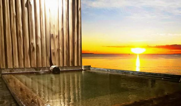 Open-air bath with a view of the setting sun