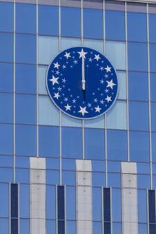 一個指向中午的時鐘