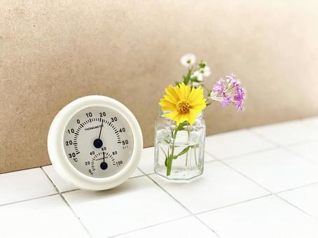 瓷磚上的溫度計和花瓶 _
