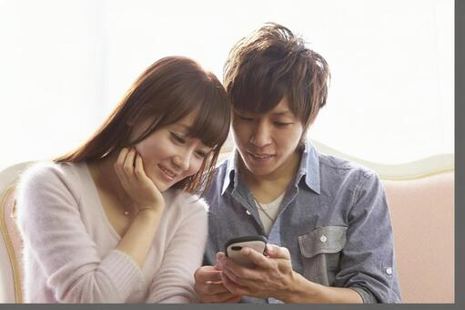 Couple seeing mobile 7