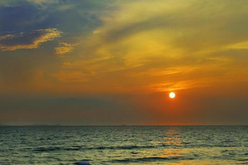 The sun setting in the sea 1