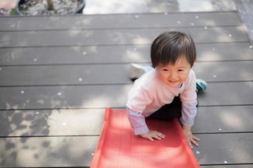 2歲的孩子在玩幻燈片