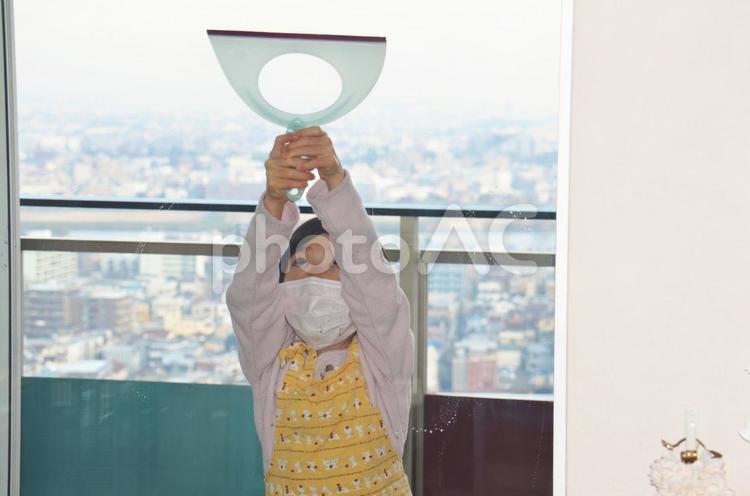 子どもの窓拭きの写真