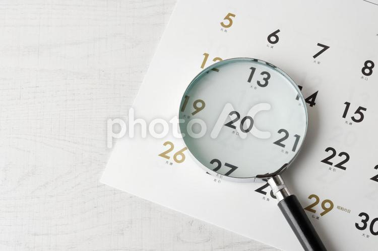 カレンダーとルーペの写真