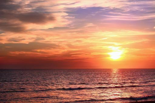 The sun setting in the sea 5