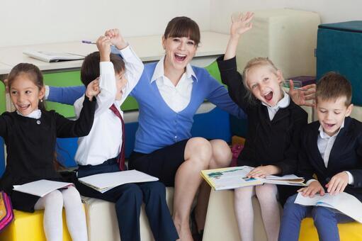 小学生坐在立方体坐垫和教师21