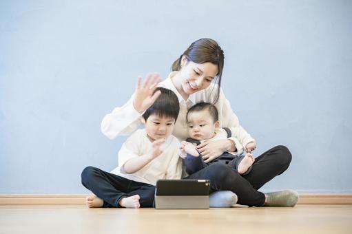 태블릿 PC를 사용하여 온라인 커뮤니케이션을 즐길 부모와 자식