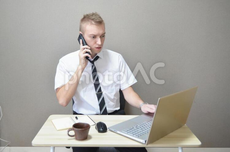 電話しているビジネスマンの写真