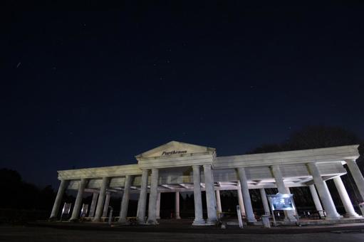 밤하늘과 그리스 풍 건물