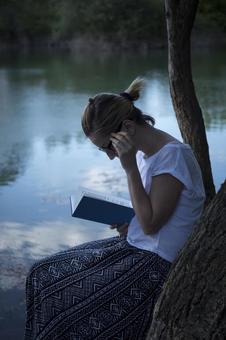 Women reading 63