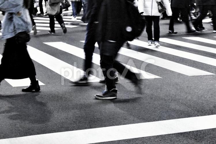 若者の暗い足どりの写真