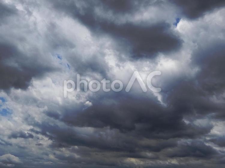 曇り空の間に青空がキラリの写真