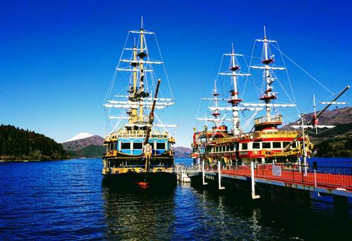 箱根町港に停泊する芦ノ湖海賊船