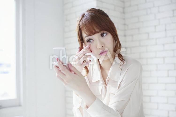 鏡を見る女性4の写真