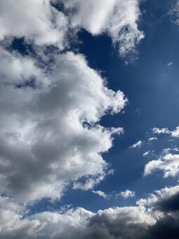 깊고 푸른 하늘과 구름