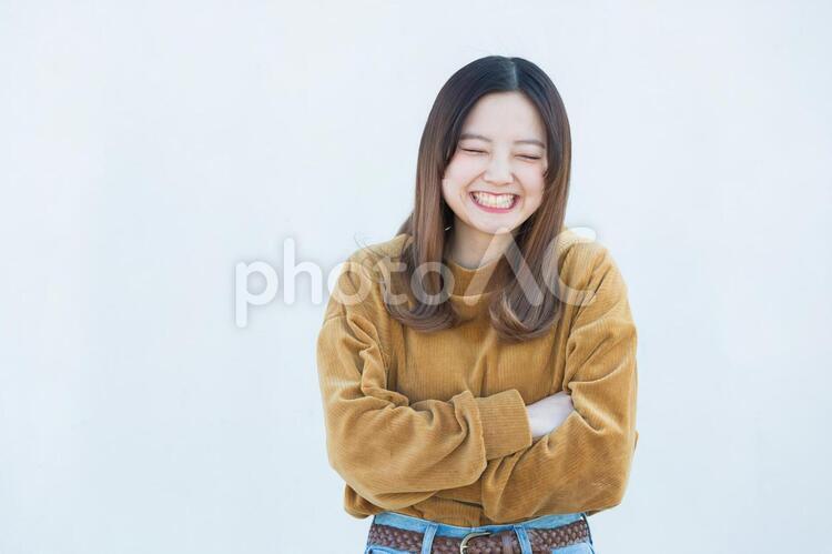 笑顔の20代女性の写真