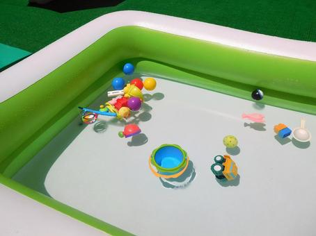 Square type vinyl pool (playing in the water)