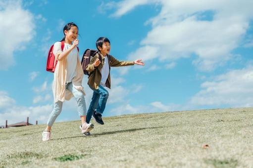 小學生在公園跑步