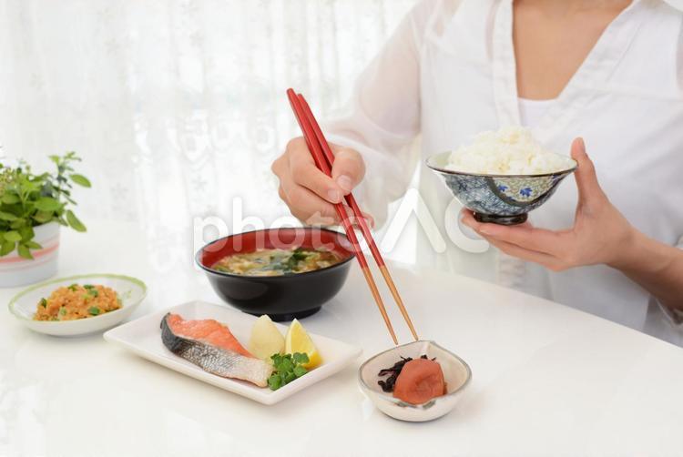 食事を楽しむ女性の写真