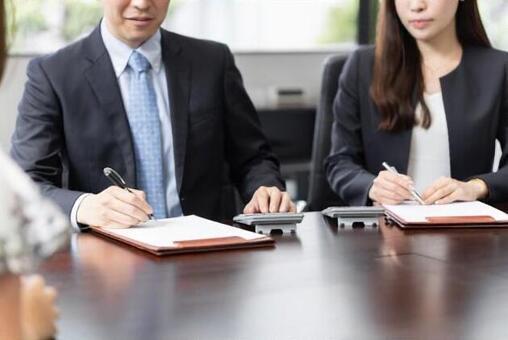 세금의 상담을 받고 계산을하는 세무사 (정색)