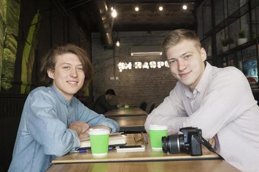 同性戀夫婦24坐在咖啡桌座位