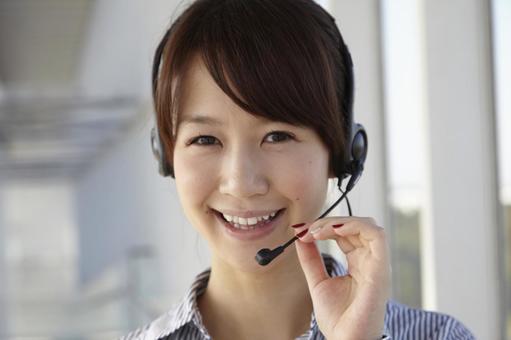 헤드셋을 한 일본인 OL9