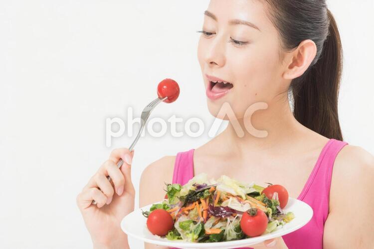 サラダを食べる女性2の写真