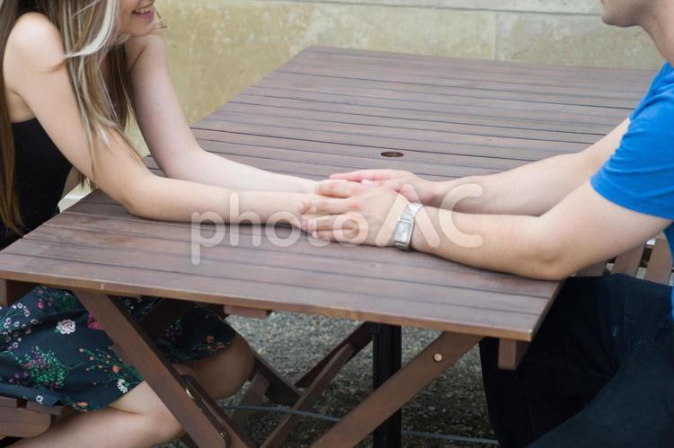 手を重ねるカップルの手元2の写真