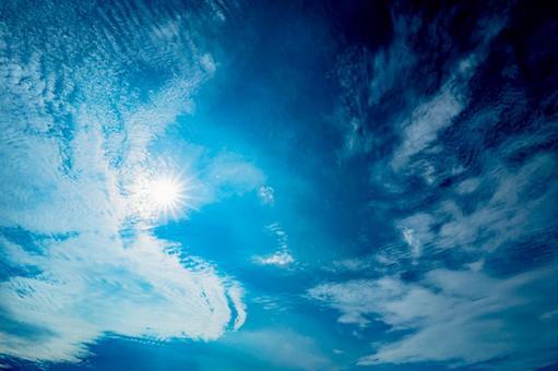 Pale sky (1) Search word / light beam Creator name / YUTO @ PHOTOGRAPHER