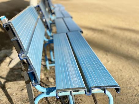 地面上的無人長凳