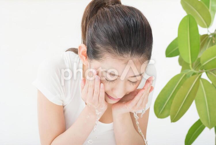 顔を水ですすぐ女性6の写真