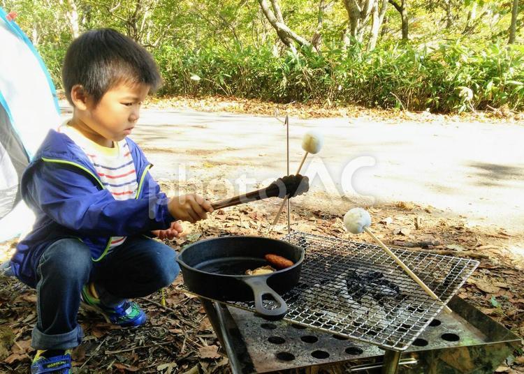 マシュマロを焼く子供の写真