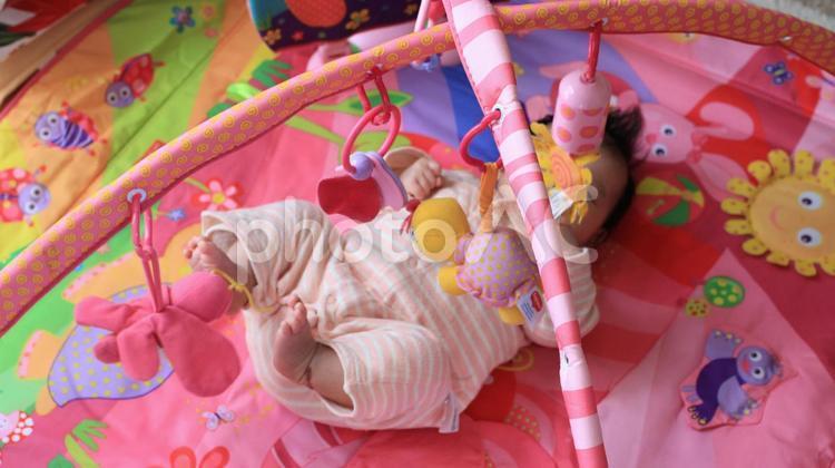プレイジムで遊ぶ赤ちゃんの写真