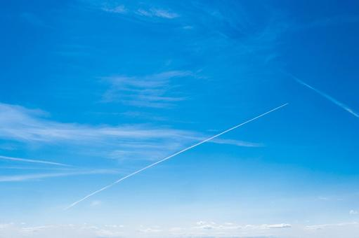 Blue sky and white clouds_contrails