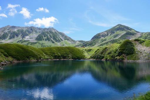 중부 산악 국립 공원, 여름 무로 평. 다테야마를 비추는 미쿠리가 연못. 도야마, 일본. 8 월 하순.