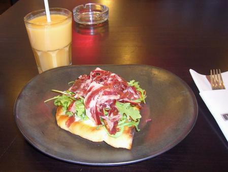 熏火腿三明治和橙汁