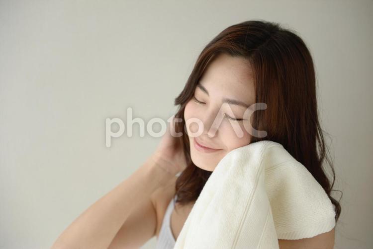 タオルで顔を拭く女性19の写真
