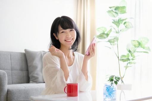 操作智能手機的女人的形象